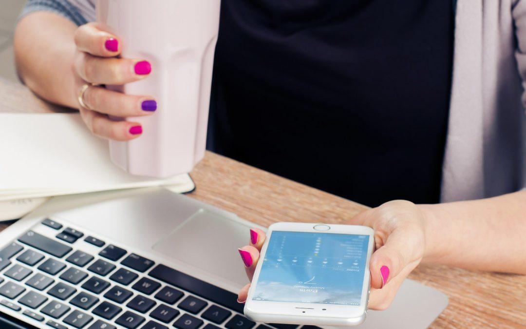 ¿Debo proporcionar un equipo telefónico a mis empleados?